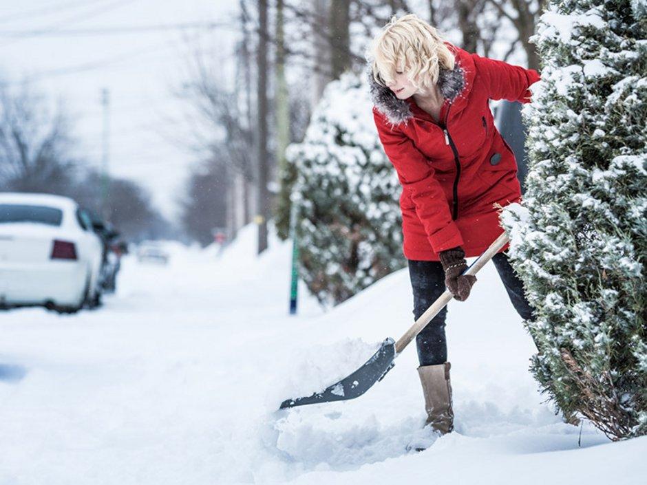 Winterdienst, Schneeräumen, Pflicht, eine Frau schaufelt Schnee vom Weg, Foto: aetb/stock.adobe.com