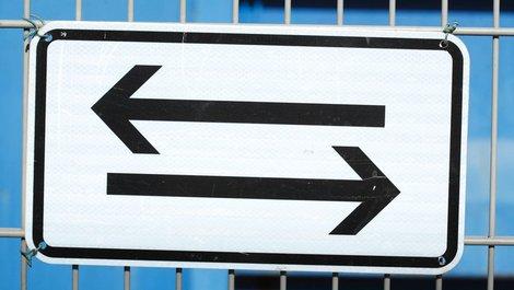Ein Schild mit Pfeilen nach links und rechts. Foto: iStock.com / Detailfoto
