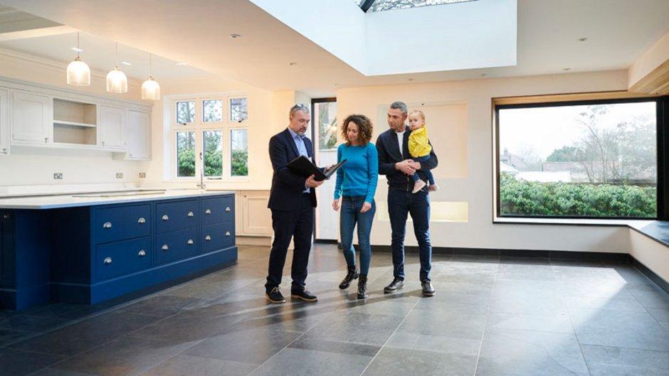 Wohnungsbesichtigung, Makler, Vermieter, überzeugen, Foto: iStock.com / sturti