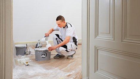 Bei Umzug Steuern sparen, Maler rührt weiße Farbe an, Foto: Ingo Bartussek / stock.adobe.com