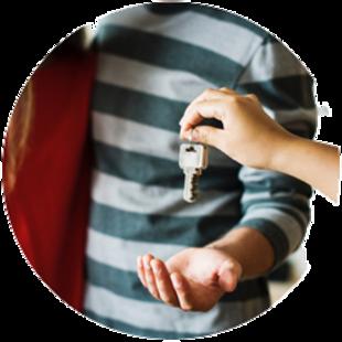 Immobilie geerbt, vermieten, Erbe übergibt Mietern den Schlüssel, Foto: rawpixel/unsplash.com