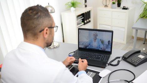 Stadtflucht, Arzt spricht über Webcam mit einer älteren Patientin, Foto: W PRODUCTION / stock.adobe.com