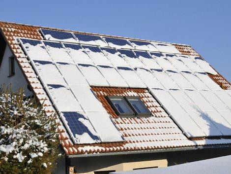 Winter, Haus, Schnee, Solaranlage, Foto: Karin Jähne / fotolia.com
