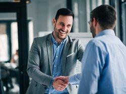 Arbeitgeberdarlehen, Handshake zwischen zwei Männern, Foto: bnenin / stock.adobe.com