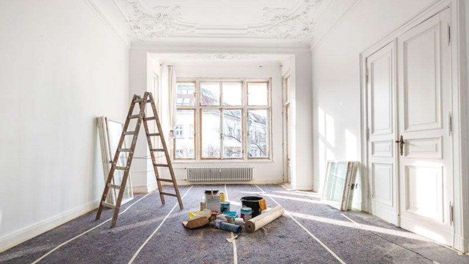 Ein Wohnzimmer, das gerade saniert wird. Foto: hanohiki / adobe.stock.com