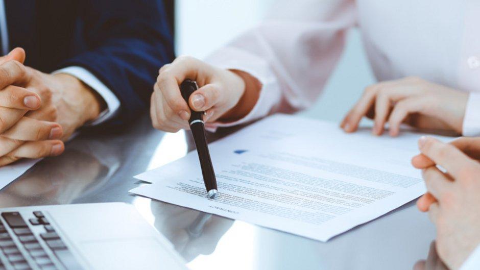 Arbeitgeberdarlehen, drei Personen gehen eine Vertrag durch, Foto: rogerphoto / stock.adobe.com