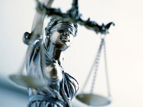 Auflassungsvormerkung, Rechte durch die Eintragung im Grundbuch, Statue Justitia Recht, Foto: istock.com/DNY59
