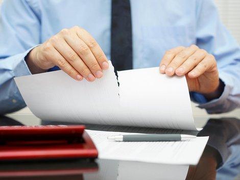 Restschuldversicherung, kündigen, Mann zerreißt Papier, Foto: Bacho Foto / fotolia.com