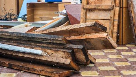 Nasse, kaputte Möbel. Foto: Kiryakova-Anna / stock.adobe.com