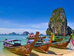 Auswandern nach Thailand, Traumstrand mit drei Fischerbooten und Blick aufs Meer, Foto: unsplash.com/Sumit Chinchane