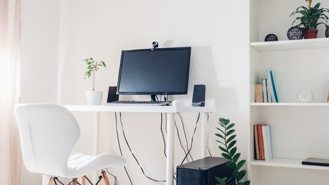 Homeoffice steuerlich absetzen, Arbeitsplatz in Zimmerecke mit PC, Schreibtisch und Stuhl, Foto: maryviolet / stock.adobe.com