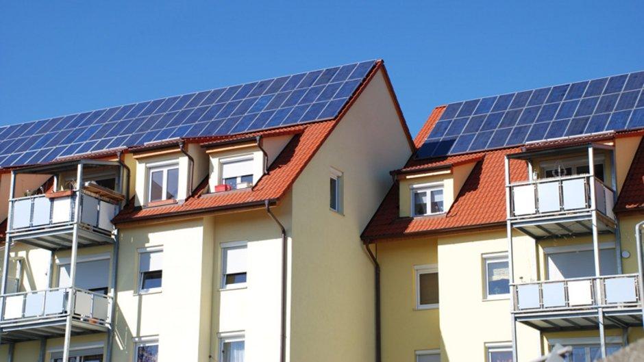 Mieterstrom, Miethaus mit Photovoltaikanlage auf dem Dach, Foto: Wolfgang Cibura / stock.adobe.com