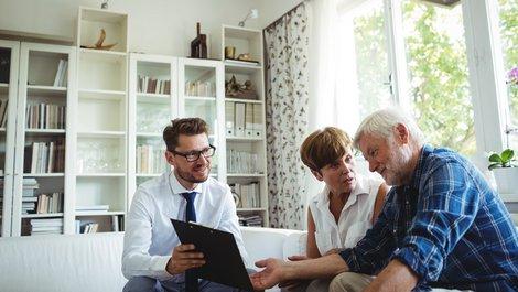 Haus an Kind verkaufen, Mann und Frau sitzen mit Berater im Wohnzimmer, Foto: WavebreakMediaMicro / stock.adobe.com