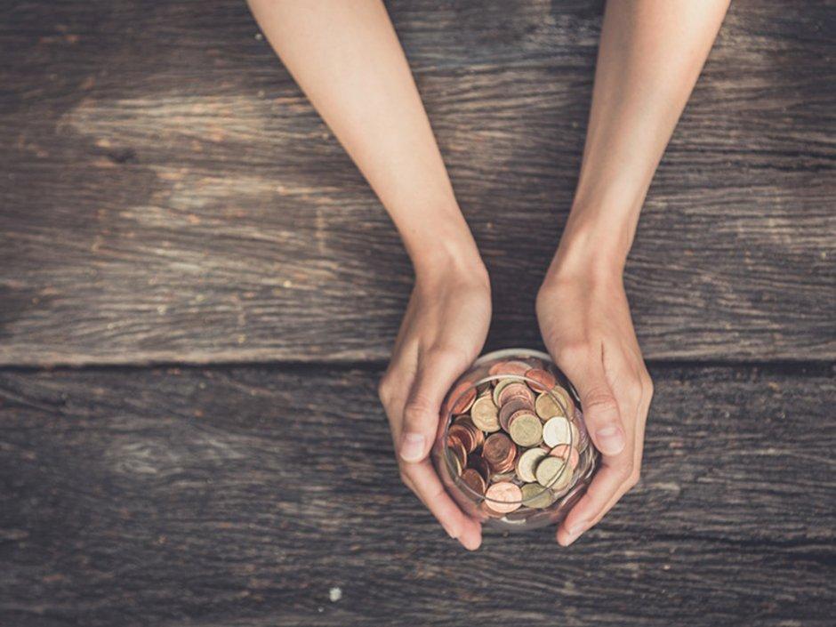 Bausparen, Bausparen Förderungen, zwei Hände halten ein Glas mit Münzen, Foto: PRASERT/stock.adobe.com