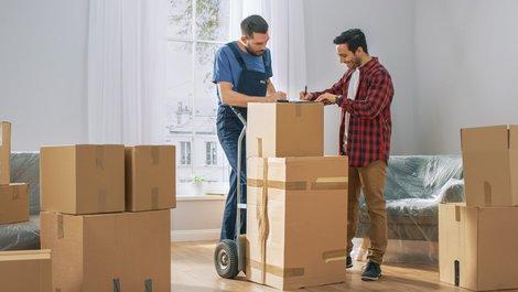 Bei Umzug Steuern sparen, Möbelpacker liefert das Umzugsgut, Foto: Gorodenkoff/stock.adobe.com