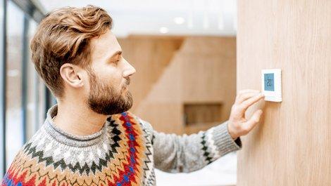Mietmangel, defekte Heizung, Mann stellt Thermostat ein, Foto: rh2010 / stock.adobe.com