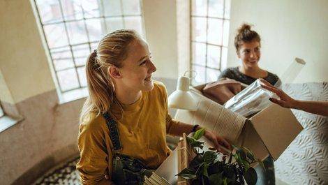Helfer tragen Möbelkisten. Foto: iStock.com / AleksandarNakic