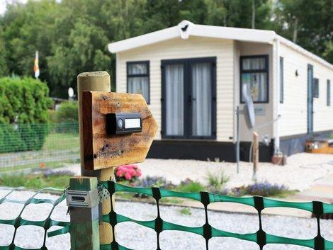 Zweitwohnsitzsteuer, Klingelschild vor Ferienhaus, Foto: mitifoto/stock.adobe.com