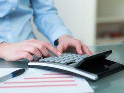 Betriebskostenabrechnung erstellen, Vermieter bedient Taschenrechner, Foto: Racle Fotodesign/stock.adobe.com