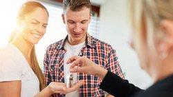 Befristeter Mietvertrag, Vermieter übergibt seinen neuen Mietern die Wohnungsschlüssel, Foto: Robert Kneschke / stock.adobe.com