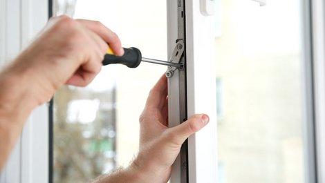 Eine Person justiert die Fenster. Foto: New-Africa / stock.adobe.com
