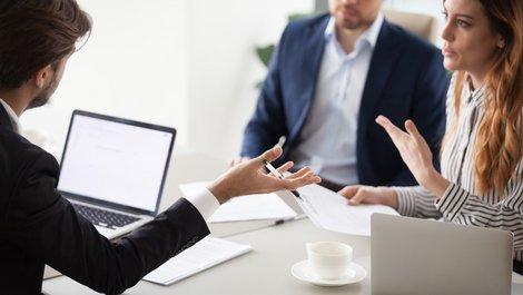 Zwangsversteigerung verhindern, Gespräch mit der Bank, Foto: iStock.com / fizkes