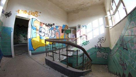 Graffitis im Treppenhaus, Foto: Marcin-Adrian / stock.adobe.com