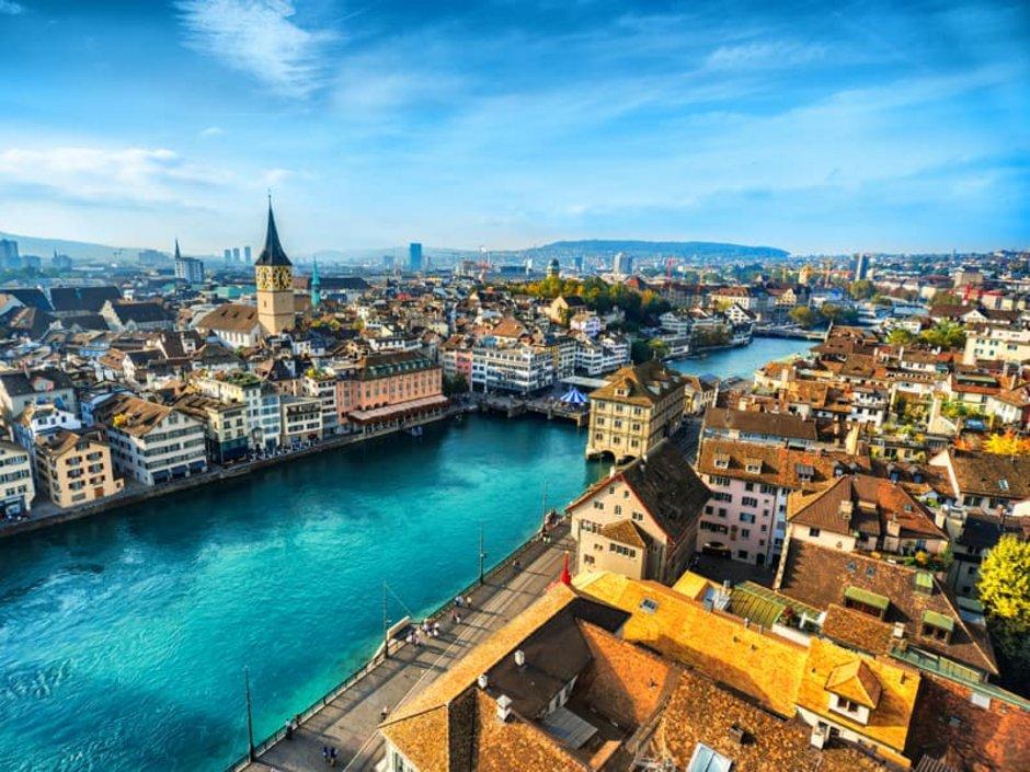 Auswandern Schweiz, eine Stadtansicht von Zürich mit der Limmat, Foto:iStock.com/AleksanderGeorgiev