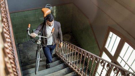Treppenhaus, Fahrrad in die Wohnung tragen, Foto: iStock.com / xavierarnau