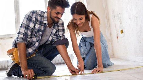 Fallen im Mietvertrag, Mann und Frau vermessen gemeinsam den Boden, Foto: iStock.com / didesign