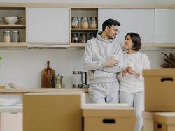 Abstandszahlung und Ablöse, Pärchen steht zwischen Kisten in einer Küche, Foto: VK Studio / stock.adobe.com