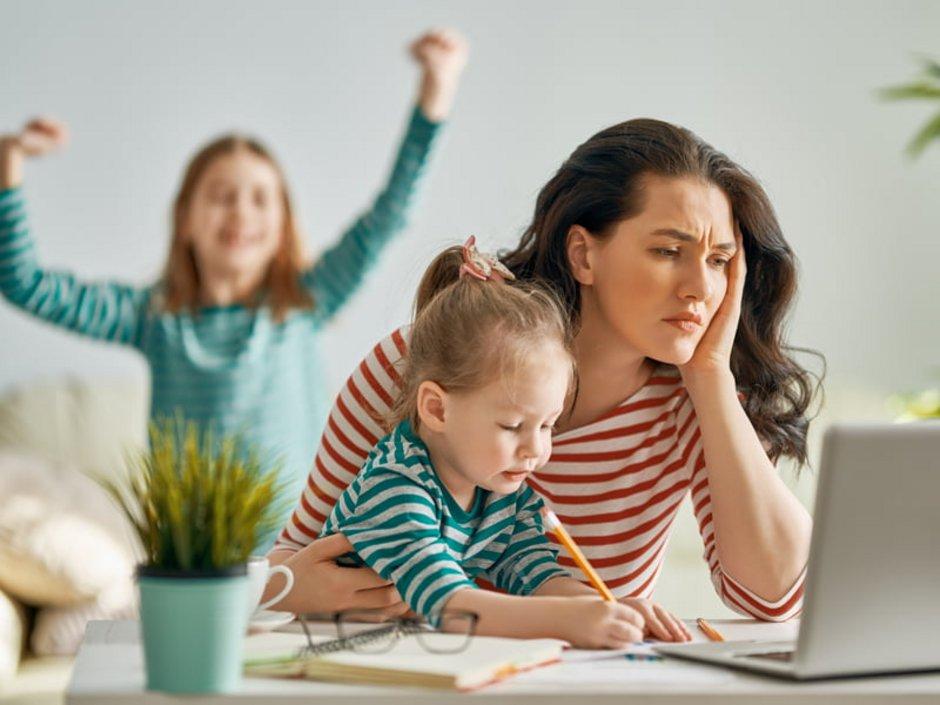 Diskriminierung auf dem Wohnungsmarkt, Frau mit zwei Kindern sitzt verzweifelt am Laptop, Foto: iStock.com/Choreograph