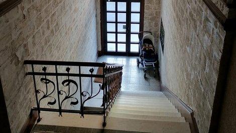 Treppenhaus, Kinderwagen im Hausflur, Foto: Jogerken / stock.adobe.com