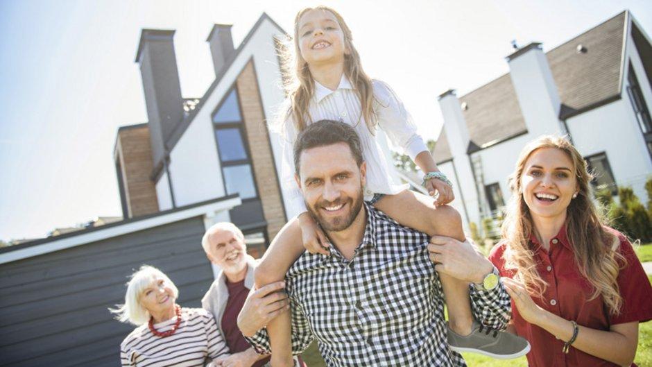 Haus an Kind verkaufen, glückliche Familie vor dem Haus der Eltern, Foto: zinkevych / stock.adobe.com