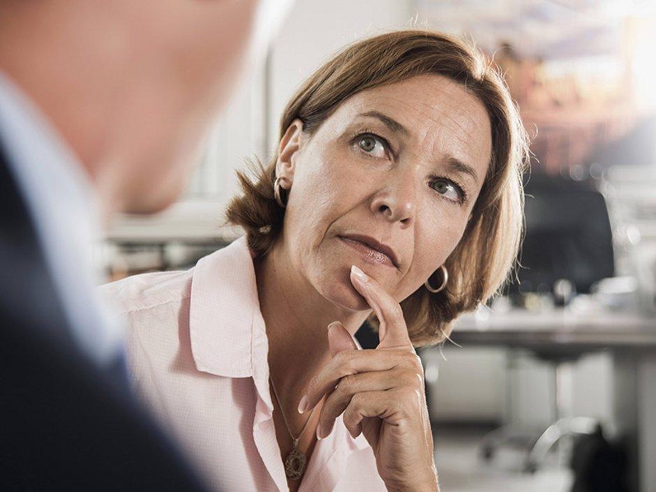 Bausparen, Baufinanzierung, Beratungsgespräch, Bausparvertrag, eine Frau schaut ihren Gesprächspartner kritisch an, Foto: imago images/Westend61