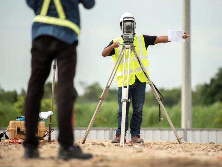 Liegenschaftskataster, zwei Öffentlich bestellte Vermessungsingenieure führen eine Vermessung durch, Foto: bannafarsai/stock.adobe.com
