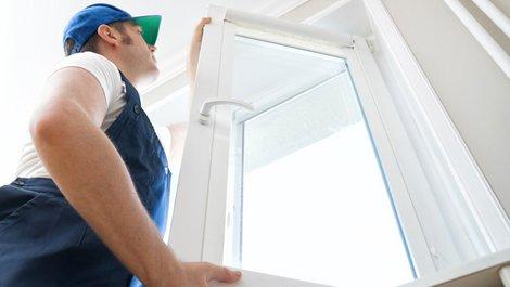 Wann Mietern eine Renovierung zusteht, Handwerker baut neues Fenster ein, Foto: iStock.com / DmitriMaruta