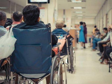 Auswandern nach Thailand, Patienten in einem thailändischen Krankenhaus warten auf dem Flur, Foto: pongmoji/stock.adobe.com