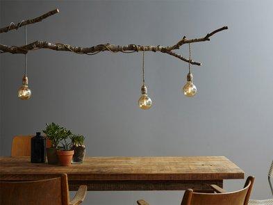 Kabel verstecken, Ast, Kabel von Leuchtmitteln sind darum gewickelt, Retroglühbirne, Foto: Bernd Schwabedissen / iStock