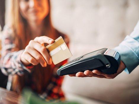 Auswandern nach Schweden, Frau zahlt mit der EC-Karte Foto: Nomad_Soul/stock.adobe.com