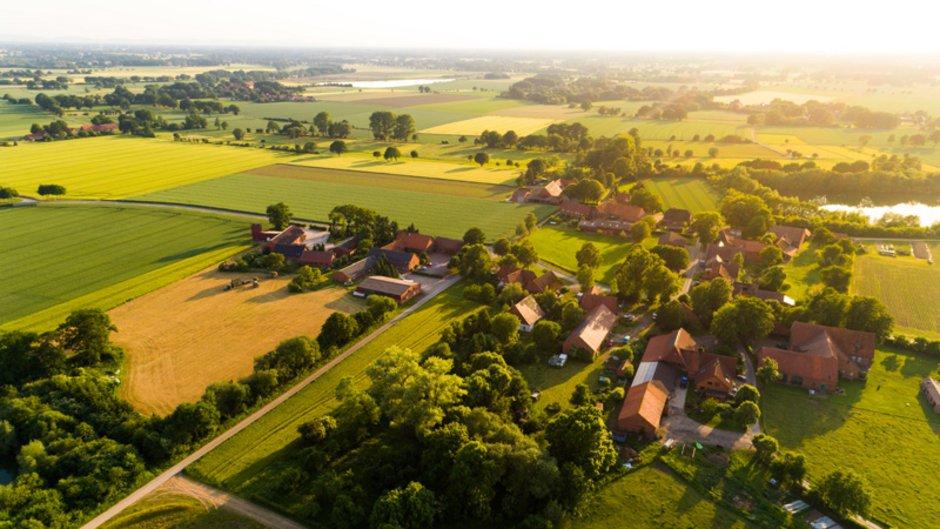 Stadtflucht, Blick auf Dorf im Grünen, Foto: Christian Schwier / stock.adobe.com