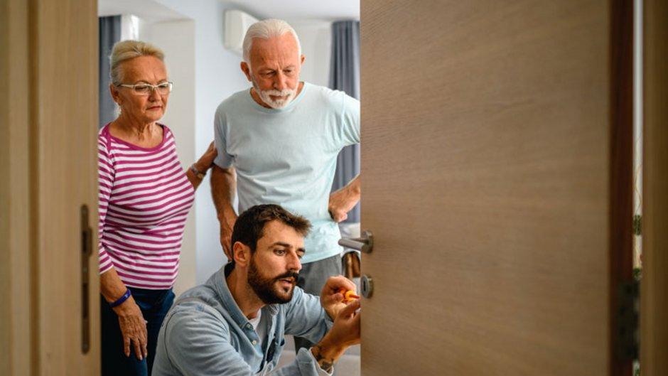 Einbruchschutz, Handwerker, Senioren, älteres Ehepaar; Foto: istock.com / bluecinema