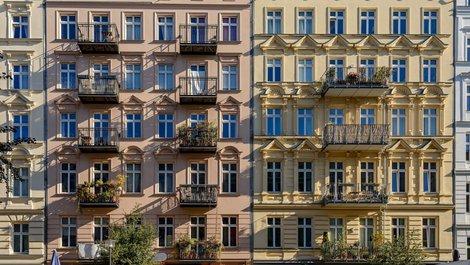 Eine renovierte Fassade eines Hauses aus der Gründerzeit. Foto: iStock.com / ebenart