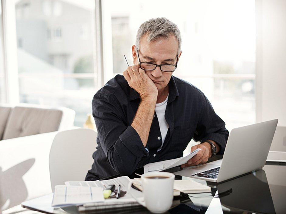 Miete mindern, Mietminderung, Vermieter, ein Mann sitzt müde vorm Computer, Foto: iStock.com/Tinpixels