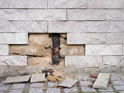Renovierungskosten, Renovierungsfalle Hauskauf, Substanzschaden am Haus durch aufsteigende Feuchtigkeit, Foto: Fotoschlick/stock.adobe.com
