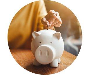 Bausparen, Baufinanzierung, Sparen, eine Hand steckt eine Münze in ein Sparschwein, Foto: Nattakorn/stock.adobe.com