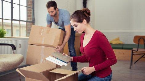 Partner in Mietvertrag aufnehmen, Paar packt Kisten aus, Foto: contrastwerkstatt / stock.adobe.com