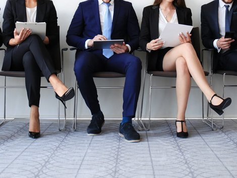 Auswandern Spanien, Wartende Job-Bewerber in einer Büroumgebung, Foto: ty/adobe.stock.com
