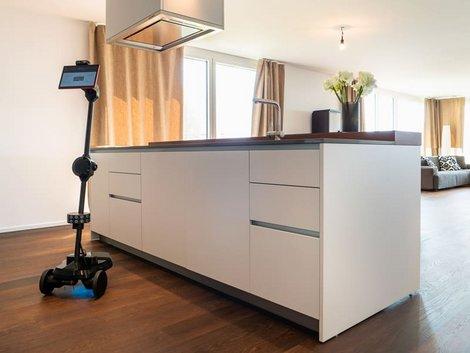Ein Roboter auf Rädern in einer Wohnung.