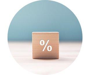 Bausparen, Baufinanzierung, Zinsen sichern, ein Holzwürfel mit einem Prozentzeichen, Foto: oatawa/stock.adobe.com